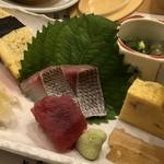 達揮 - 料理写真:◆少量のイサキと鮪のお刺身、ゴボウの煮物、玉子焼き・・どれも普通に美味しい。