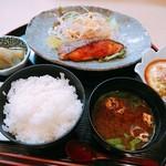 ひろ繁 - 料理写真:日替わり定食(700円)は、鮭のみそ焼き。