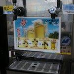 丸広百貨店 屋上ビアガーデン - ビールの泡も馴れると上手に入れられます♪
