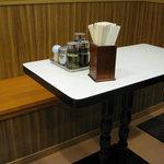 ラーメン車屋 - テーブル
