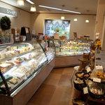 パティスリー シュエト - 店内のケーキ・カウンター