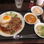 渋谷 ガパオ食堂 - 2種類あいかけ(ガパオごはん・マッサマンカレー)