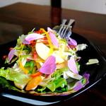 職人館 - 山盛りのサラダです。