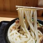 Nihombashisanukiudonhoshino - 肉うどん(冷)の麺大盛りの麺リフト