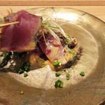 東山 吉寿 - 鰹の炙りアップ 特製塩辛ソース