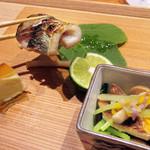 東山 吉寿 - 5品目:チーズの燻製 カマス塩焼 あわび茸と水菜のお浸し