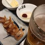 タンメン笑盛 - ハッピーアワーのビールと餃子、トッピングのバターとマグマ玉