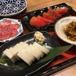 蕎麦 AKEBONOYA - 前菜盛り合わせ。 イタリアサラミ、トマトのサラダ、松前漬け、板わさと山葵漬け