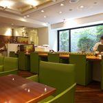 リンクス紅茶と洋酒の店 - グリーンの椅子が印象的な店内。店員さんもクールビューティー(^-^)