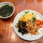 ノルブネ - ビビン冷麺に付属のわかめスープと、サラダバー