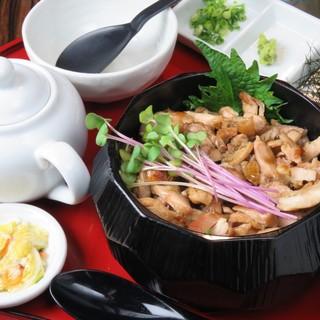 ランチは丼セット、ひつまぶし、馬っカツとレアあか牛カツが人気