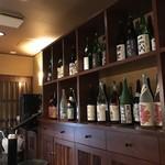創味 - 地酒、梅酒の一升瓶がいっぱい並びます(2018.9.4)