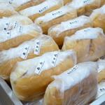 福田パン - その場で作って袋詰めして並べられていきます