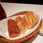 ウルフギャング・ステーキハウス - フランスパン、オニオンパン、くるみパン