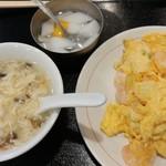 上海厨房 家楽 - メインの海老と玉子の炒めとスープと杏仁豆腐