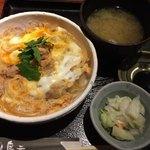 鳥元 - 「伊達鶏と奥久慈卵の親子丼」880円(税込)しじみの味噌汁、漬け物付き  大盛り無料