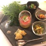 グリシーヌ - 八寸 胡瓜 焼き穴子 カラスミ、稚鮎のベニエ、ガスパチョにイカを浮かべ、水タコと水茄子バジルとバルサミコ風味、芽葱を巻いたローストビーフと雲丹
