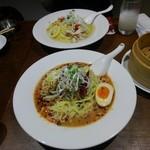 石庫門 - 冷やし坦々麺(手前)と、蒸し鶏と葱の冷麺(奥)