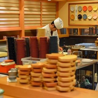 回転寿司では珍しい、職人が握るお寿司をご堪能ください