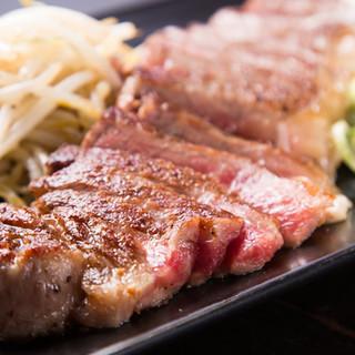 目前の鉄板で焼き上げたジューシーなお肉。口福広がるひとときを