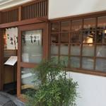 神田 勝本 - 外観(オープンちょっと前なので暖簾がまだ中です)