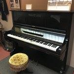 92158355 - 当時からホテルに置いてあったピアノ。                       ジョンレノンが度々弾いたとの逸話も。                       Dを押してみたら、ブオーンって響いた♪