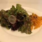 博多和田門 - サラダはレタスとキャロットラペ・・ドレッシングが良い味わい。