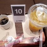 92164375 - コーヒーを淹れている間に小さなアイスコーヒーのサービスがありましたよ。こうゆうの嬉しいですね。                       キッズオレンジジュースは蓋つきでgood。