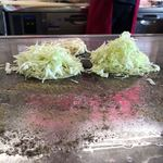 お好み焼いずみ広島風 - 生地の上にキャベツ