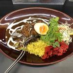 Karehanomimono - 《黒い肉カレー・チキン ・中》890円に無料トッピングの福神漬け&パクチー