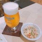 92171506 - プレミアムモルツ 香るエール(550円)とお通しの柚子胡椒風味のマカロニサラダ