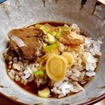 お食事処 喜八 - 「富山ブラックラーメン」のスープをライスにかけて