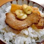 お食事処 喜八 - 「富山ブラックラーメン」のチャーシューをライスにのせて