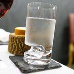 クレアバックス - お水のグラスも不思議。ジュースのグラスは傾いていました