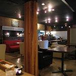 カフェマッキアート - 広い空間に大きなソファーがいっぱい