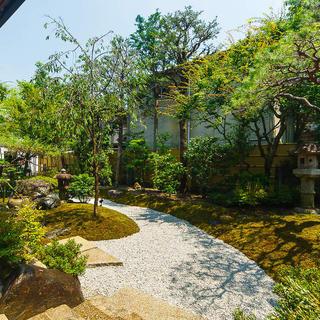 悠然と広がる自慢の日本庭園