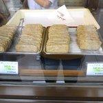 田中蒲鉾本店 - 揚がったじゃこ天が並んでます