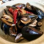 92194523 - ピリ辛系のお出汁がとても美味しい「ムール貝の土鍋蒸し」