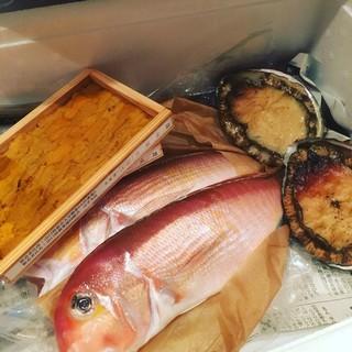 """店隣の旦過市場より買い付け。北九州近辺で獲れる新鮮な""""魚介"""""""