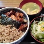 鳥一代 - きじ焼丼並750円(税込)を注文。 サラダと鶏白湯スープ(御代わり可)が付いててとってもお得!
