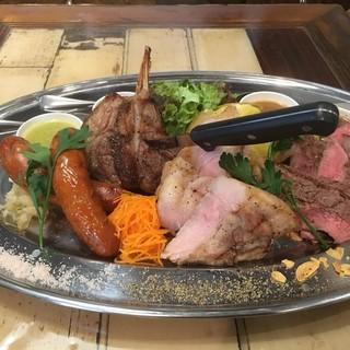 お肉4種がたっぷり堪能できる「ボリューム満点肉盛り」!