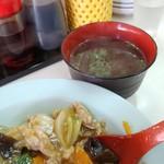 向陽 - 中華丼とスープ。