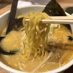 白樺山荘 - 麺は中太縮れ麺