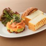 サーモンとアボカドのセルフサンドイッチ
