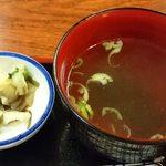 鳥ぎん - 鳥ぎん 日比谷店 お昼の定食に付くおしんこと若芽のスープ