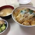 今むら - 「カツ丼」は漬物と味噌汁付き。 つゆだくなカツ丼は豚肉の美味さ溢れる一品。 税込600円!