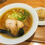 麺や 佐渡友 - 「醤油らー麺」(600円)と「かしわおにぎり」(100円)。