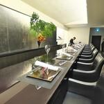 祇園 呂色 - まっすぐに遠くまで伸びたカウンターは漆黒の美しさ。