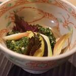 サーモンアンドトラウト - モロヘイヤ、オクラ、発酵茶葉、水茄子、ミョウガ