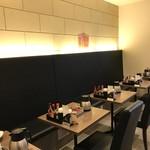 パルフェ - 入って右手、壁側に並ぶ2人掛けテーブルたち(2018.9.5)
